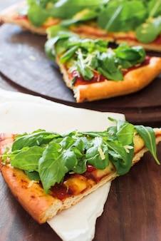 Close-up van gediende pizzaplak op papieren zakdoekje