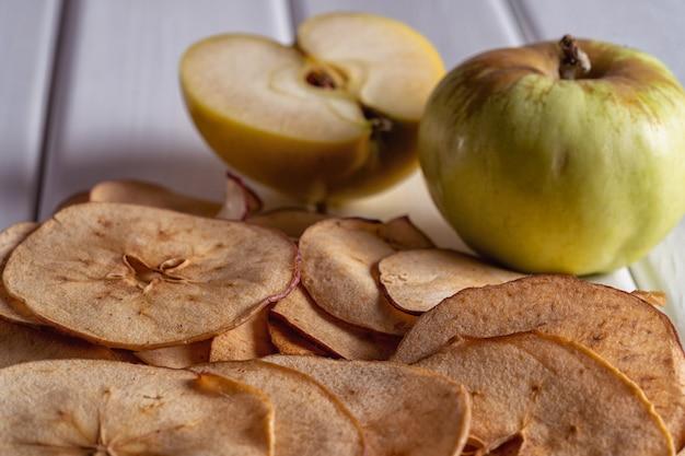 Close-up van gedroogde appelfruit chips en verse appels