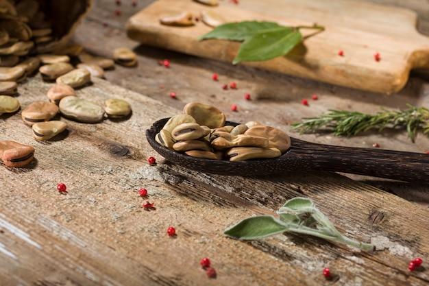 Close-up van gedroogde tuinbonen in de houten pollepel