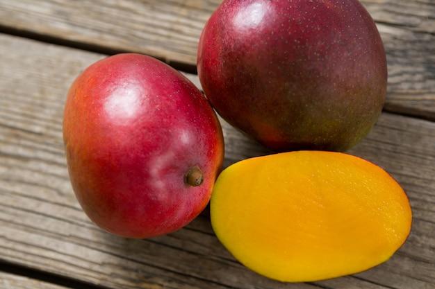 Close-up van gehalveerde mango's op houten tafel