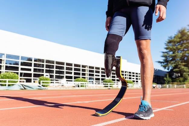 Close-up van gehandicapte man atleet met beenprothese. paralympisch sportconcept.