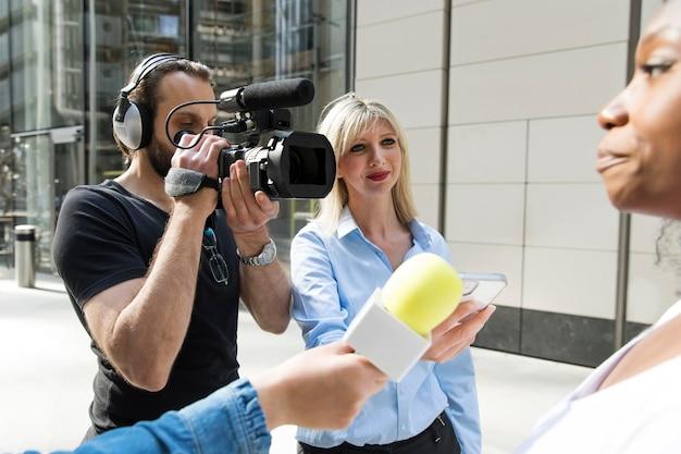 Close-up van geïnterviewde met microfoon die verklaringen aflegt