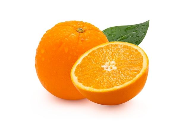 Close-up van geïsoleerde anderhalf van verse sinaasappel met blad en waterdruppeltjes op witte achtergrond. uitknippad foto.