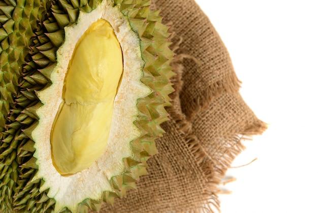 Close up van gele durian in zijde mon thong durian fruit geïsoleerd op wit