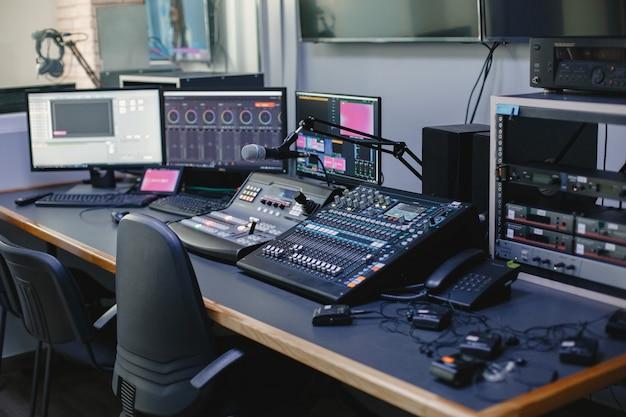 Close up van geluidstechnicus studio met apparatuur
