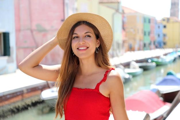 Close up van gelukkig elegant meisje met hoed en gondels op de achtergrond