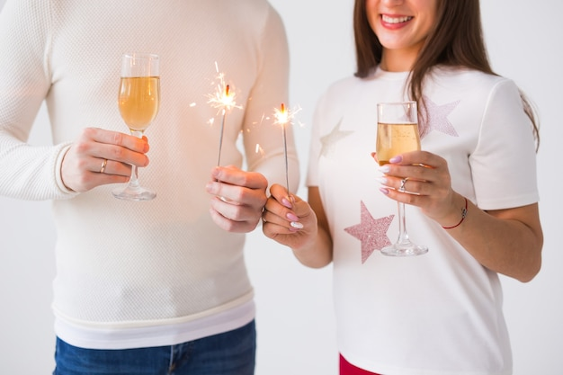 Close-up van gelukkig lachend vrolijk aantrekkelijk paar vieren met champagne