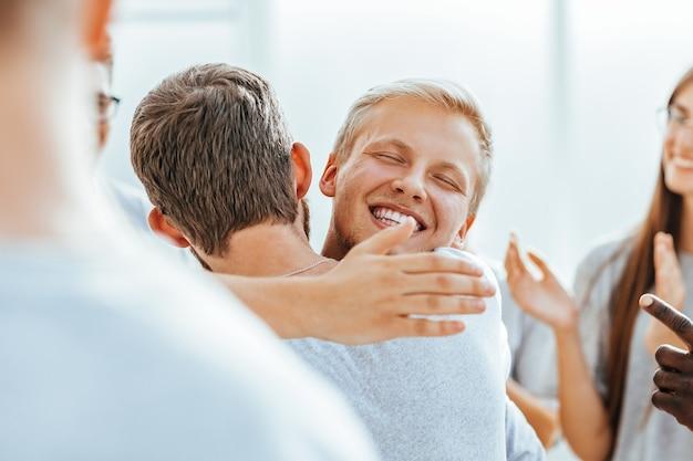 Close-up van gelukkige deelnemers die elkaar knuffelen