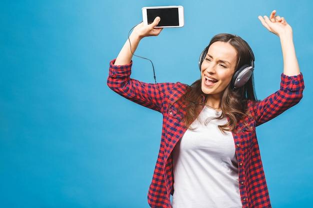 Close up van gelukkige jonge dame dansen terwijl u muziek luistert