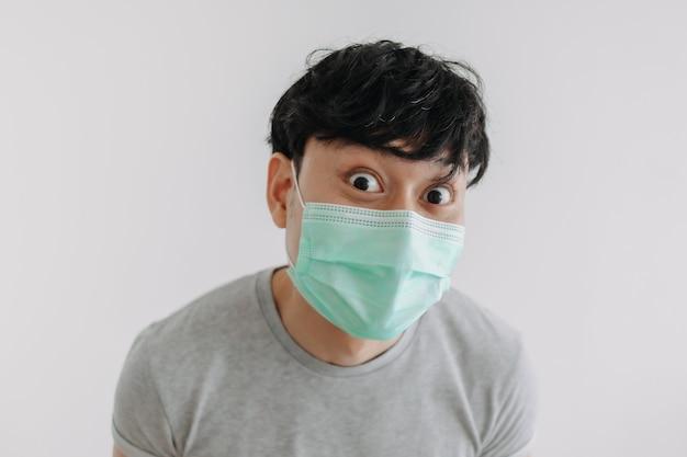 Close up van gelukkige man draagt masker geïsoleerd op een witte achtergrond