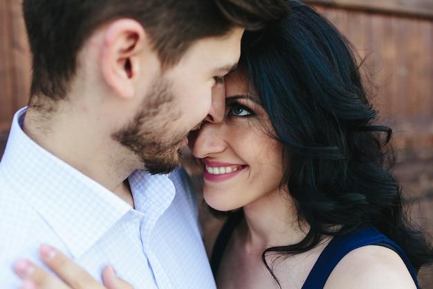 Close-up van gelukkige meisje op zoek naar haar partner