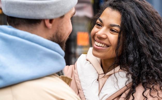 Close-up van gelukkige mensen knuffelen