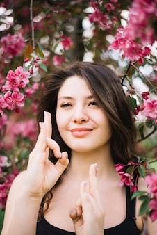 Close-up van gelukkige vrouw die meditatie met mudragebaar doen