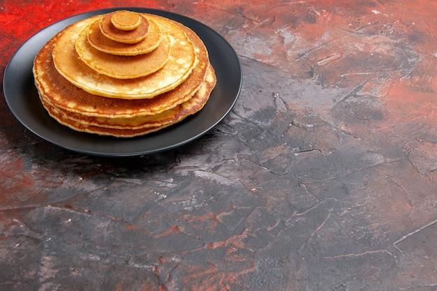 Close-up van gemakkelijke zelfgemaakte pannenkoeken in een zwarte plaat