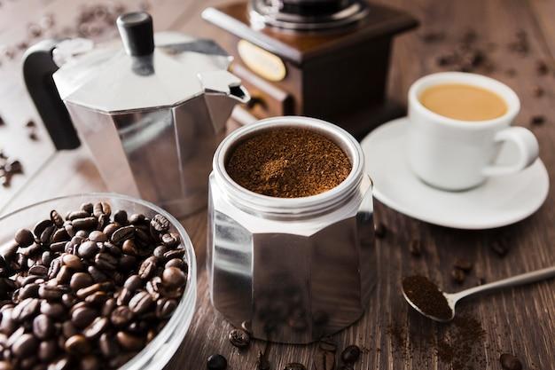 Close-up van gemalen koffie en kop