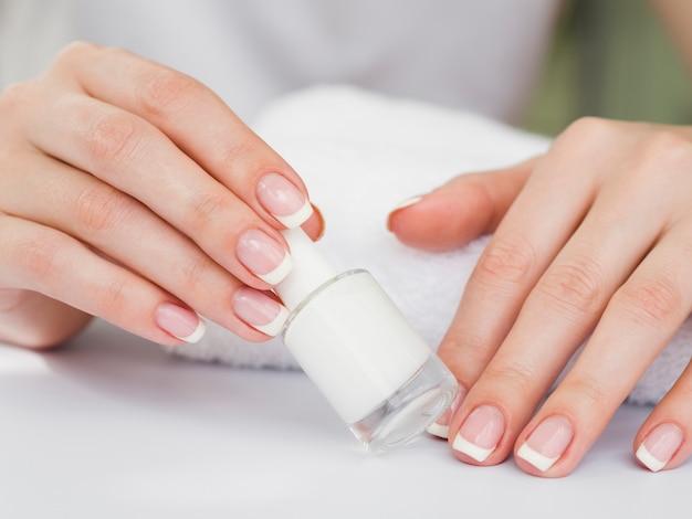 Close-up van gemanicuurde handen met nagellak