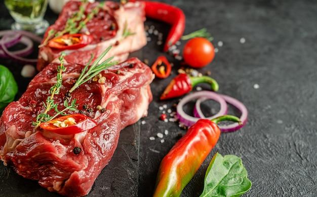 Close-up van gemarineerde kalfslapjes vlees met ingrediënten om te koken