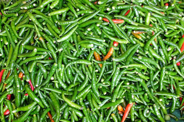Close-up van gemengde rode en groene pepers