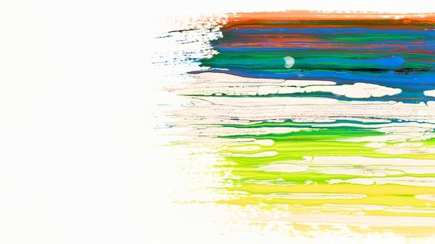 Close-up van gemengde verf op witte achtergrond