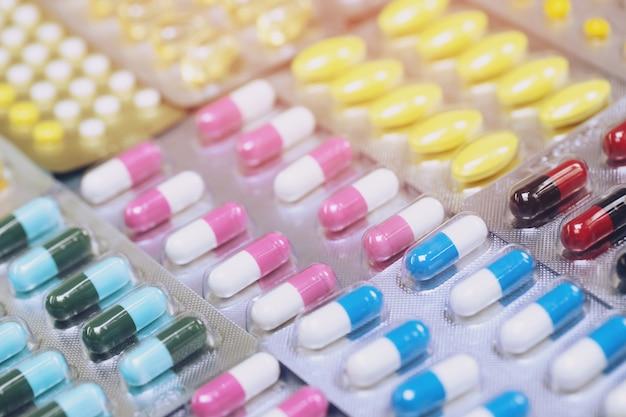 Close-up van geneesmiddelen antibiotica pillen geneeskunde in blisterverpakkingen stapel stapel. kleurrijke antibacteriële pillen apotheek. capsule pil geneeskunde antimicrobiële resistentie tegen geneesmiddelen. farmaceutische industrie