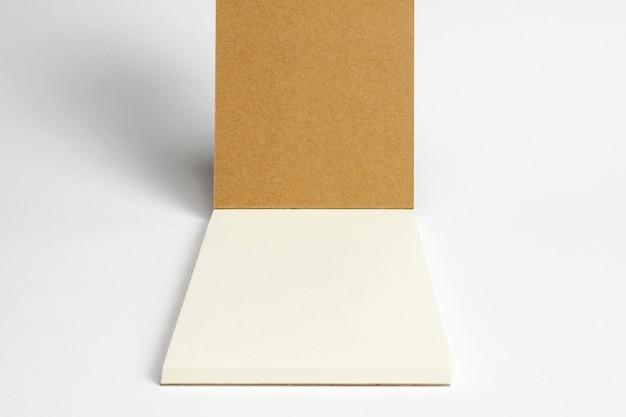 Close-up van geopende agenda met karton hardcover en blanco pagina's die op wit worden geïsoleerd.
