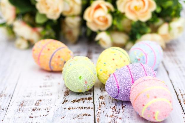 Close-up van geschilderde eieren met bloemen op een witte achtergrond