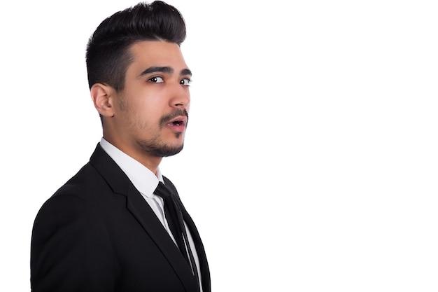 Close up van geschokt man in zwart pak geïsoleerd op een witte achtergrond. kopieerruimte.