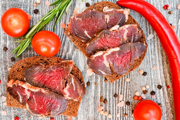 Close-up van gesneden drycured vlees op de houten tafel