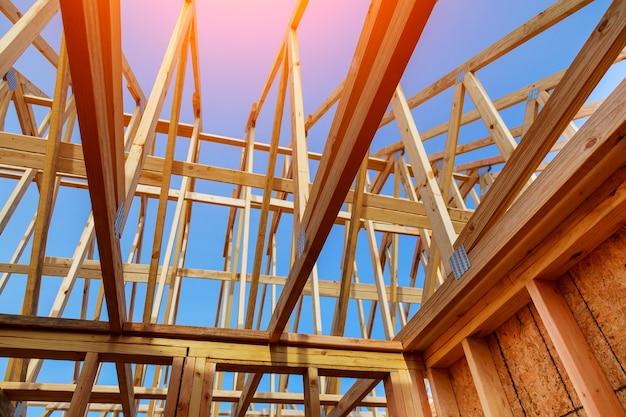 Close-up van geveltopendak op stok gebouwd huis in aanbouw en blauwe hemel