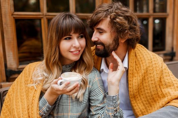 Close-up van gezellige warme portret van gelukkig knuffelen verliefde paar.