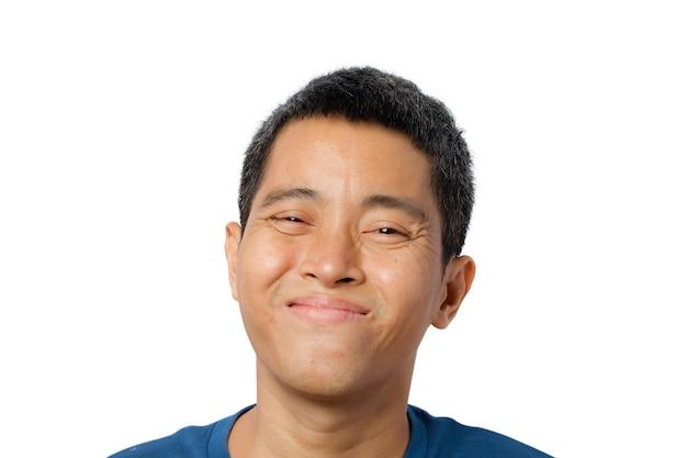 Close-up van gezicht jonge aziatische man die lacht geïsoleerd op een witte achtergrond. uitknippad.