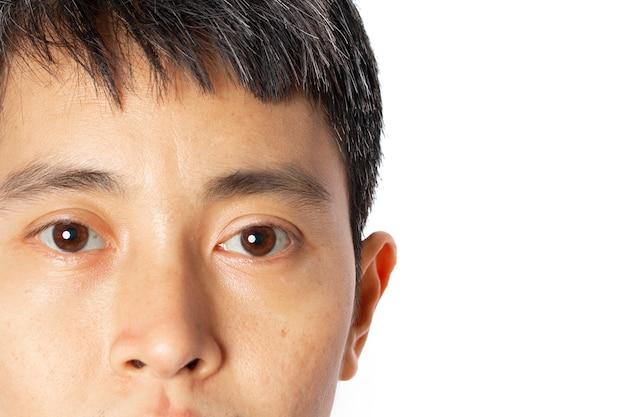 Close-up van gezicht jonge aziatische man op wit