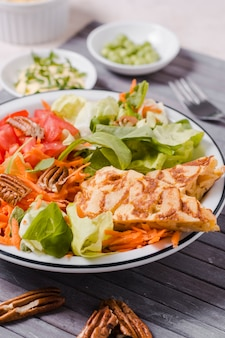 Close-up van gezonde voedselschotel met salade