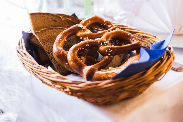 Close-up van gezouten pretzels in traditioneel beiers restaurant