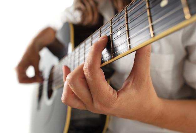 Close up van gitarist hand gitaar spelen, macro schot. concept van reclame, hobby, muziek, festival, entertainment. persoon improviseren geïnspireerd. copyspace om afbeelding of tekst in te voegen.