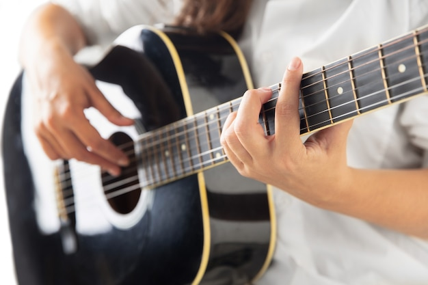 Close up van gitarist hand gitaar spelen macro shot concept van reclame hobby muziek