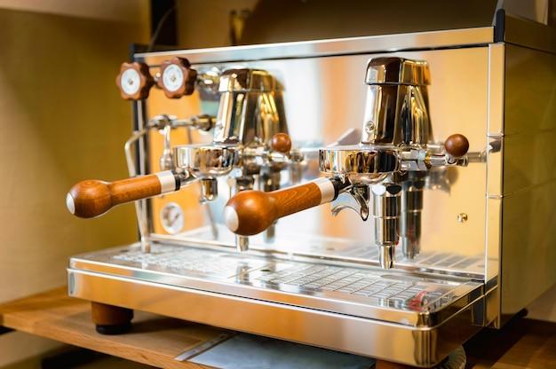 Close-up van glanzend hout en nog steeds hefboom espressomachine. selectieve aandacht.