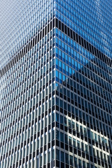Close-up van glas en concreet gebouw.