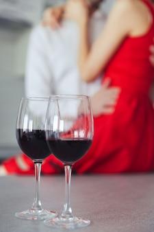 Close up van glazen met wijn op tafel