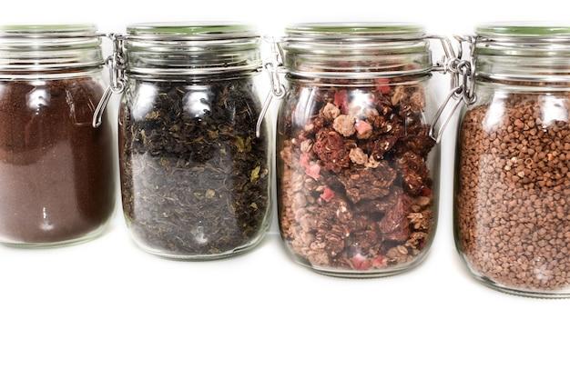 Close up van glazen potten met boodschappen. geen afvalconcept.