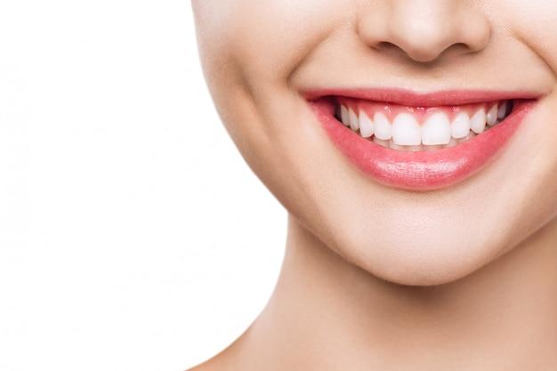Close-up van glimlach met witte gezonde tanden