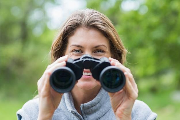 Close-up van glimlachende vrouw met verrekijker