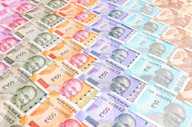 Close-up van gloednieuwe indiase bankbiljetten van 10, 50, 100, 200, 500 en 2000 roepies. kleurrijke contant geld patroon achtergrond.