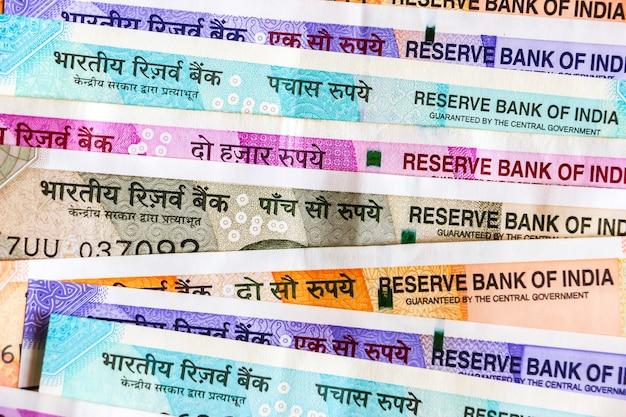 Close-up van gloednieuwe indiase bankbiljetten van 50, 100, 200, 500, 2000 roepies. kleurrijke contant geld achtergrond.