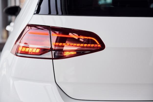 Close-up van gloednieuwe wit gekleurde gepolijste auto.