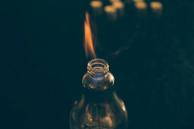 Close-up van gloeilamp met vuur