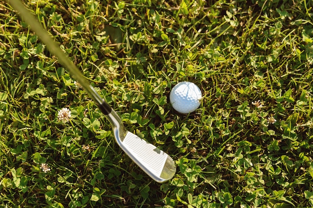 Close-up van golfbal met golfclub alvorens tee af