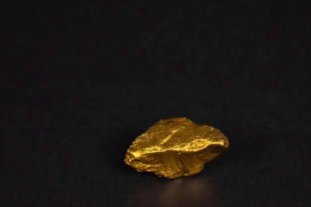 Close-up van gouden goudklompje of gouden erts