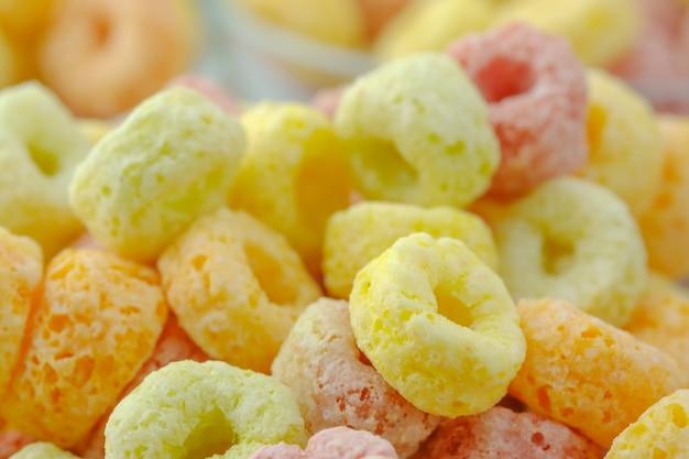 Close-up van graanvlokken voedsel achtergrond.food met heerlijke fruitige smaak en fruitige kleuren.het is gemaakt met maïs, tarwe en gerst
