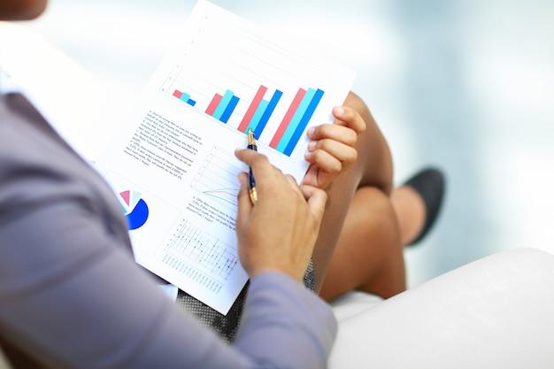 Close-up van grafieken en diagrammen geanalyseerd door zakenmensen